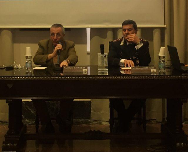 Il comandante provinciale dei carabinieri Giuseppe Battaglia spiega l'intelligence agli studenti del liceo Classico di Reggio Calabria.