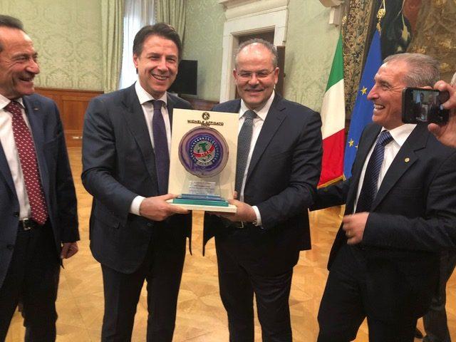 Al Premier Conte un riconoscimento della FITP realizzato da Michele Affidato. I rappresentanti della Federazione Tradizioni Popolari ed il maestro orafo ricevuti a Palazzo Chigi