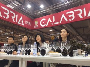 I giudici assaggiano i vini calabresi